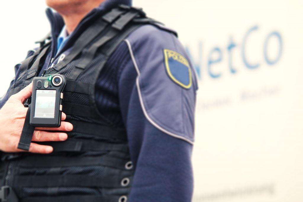 Polizist mit NetCo Body-Cam
