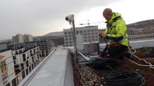 Außendienst-Techniker montiert Baustellenkamera