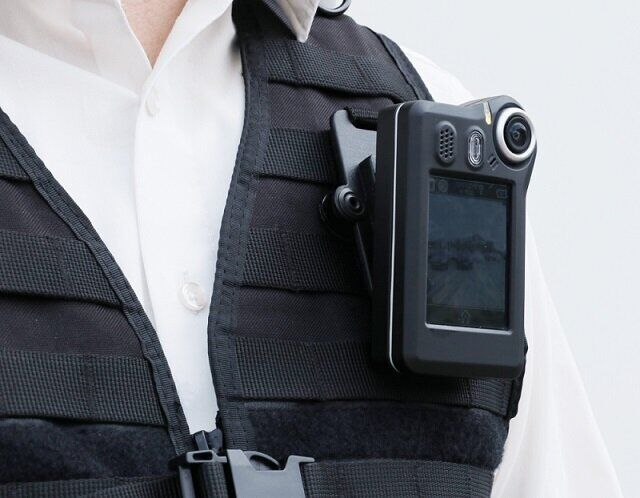 NetCo Body-Cam an einer Weste befestigt